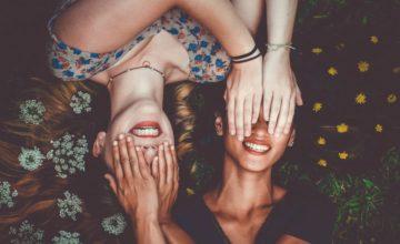 Seguire i consigli sentimentali delle amiche può portarti a fare errori. Ecco perché.