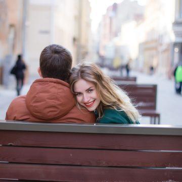 Inizia una nuova relazione: aprirsi subito o scegliere la riservatezza?
