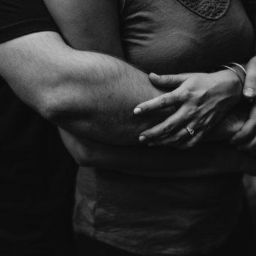 La legge di attrazione può aiutarti a realizzare la tua relazione ideale. Ecco come.