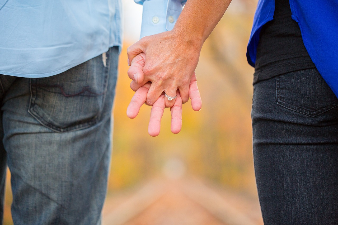 holding-hands-2180640_1280